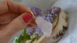 Кулон крупный из необработанного камня на серебре ′Розовый кварц′