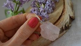 Кулон из необработанного камня на серебре ′Розовый кварц′