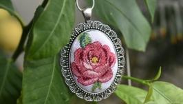 Кулон с микровышивкой ′Розовая роза′