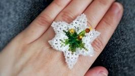 Безразмерное крупное кольцо с белым цветком из чешского бисера
