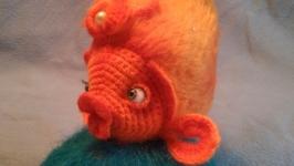 тут изображено Вязаная игрушка Золотая рыбка