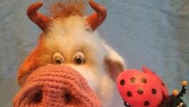 тут изображено Вязаная игрушка Бычок с божьей коровкой