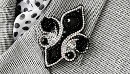 Черная брошь цветок геральдическая лилия