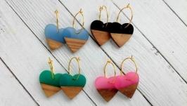 Комбинированные серьги из дерева и смолы в форме сердечек.