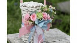 Корзинка на воду з рожевими квітами та блакитною гортензією