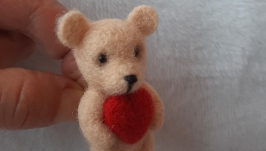 Брошь медвежонок с сердечком.