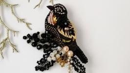 Черно-золотая брошь птица