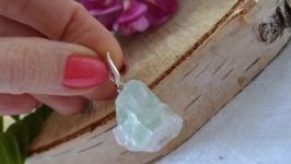 Кулон из необработанного салатового флюорита на серебре ′Флюорит′