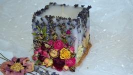 Тендітна свічка з гілочками лаванди