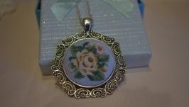 Кулон с микровышивкой ′Белые розы′