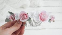 Гребень с пудровыми розами и белыми маленькими цветами в прическу