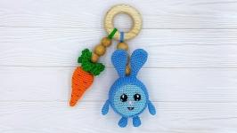 Прорезыватель-погремушка Зайчик с морковкой на буковом кольце