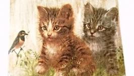 Деревянная разделочная доска с двумя котятами и птичкой