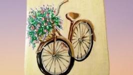 Деревянная разделочная доска, велосипед с букетом цветов