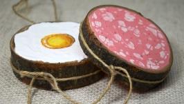 Декор для кухні або бару. Ковбаса з яйцем. Олійні фарби на дереві.