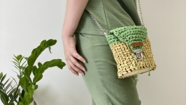 Bag of raffia and knit yarn with a wooden bottom