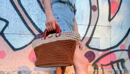 Knitted bag with wooden handles and bottom