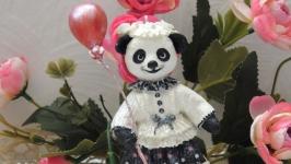 Елочная игрушка ′Медвежонок панда с шариком′