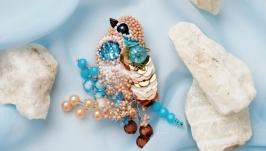 Бежево-голубая брошь птица из бисера