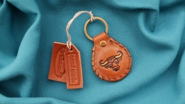 Кожаный брелок с инициалами и знаком зодиака ′ТЕЛЕЦ′