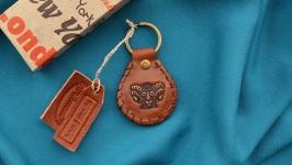 Кожаный брелок с инициалами и знаком зодиака ′ОВЕН′