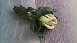 Брошь из кожи «Бутон розы»