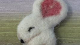 Брошь валяная «Мышка белая»