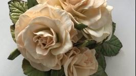Ніжна троянда на заколці.