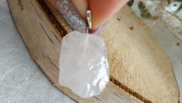 Кулон из необработанного камня с бейлом на серебре ′Розовый кварц′