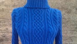 В′язаний переплетеннями і косами синій светр.  Ручна робота спицями.