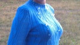 В′язаний блакитний светр.  Ручна робота спицями.