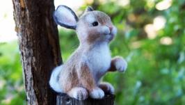 тут изображено Кролик Валька Интерьерная валяная игрушка из шерсти