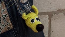 Вязаный крючком брелок Желтая собачка