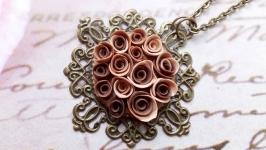 Кулон з трояндами відтінку мокачино