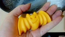 тут изображено Сувенирное мыло для рук на Хэллоуин ′Летучая мышь′
