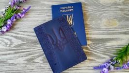 Кожаная обложка синяя на паспорт Украина с тиснением вышиванка и тризуб