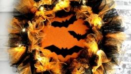 тут изображено Венок на Хэллоуин с подсветкой. Декор на Хеллоуин. Halloween украшения