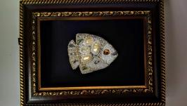 Брошь ′Перламутровая рыбка′.