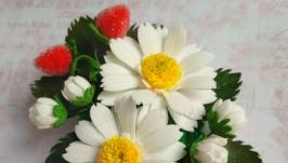 Заколка ′Цветочная полянка′ с ромашками из фоамирана