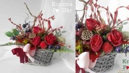 Осіння композиція з бордовими розами та сушеним лотосом