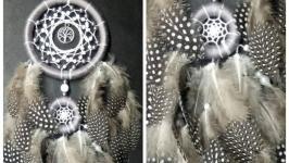 Ловец снов серый в горошек, перо цесарки,ловец снов для девочки, девушки.