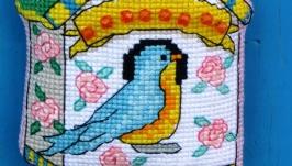 Вышитая подвеска «Птица в домике»