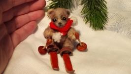 Миниатюрный медвежонок на лыжах