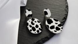 Сережки пусети з твариним принтом, коров′ячий принт, сережки символ 2021