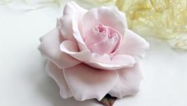 Брошка з пудровою трояндою