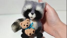 Интерьерная валяная игрушка Енот с мишкой.Войлочная игрушка Енотик.