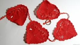 тут изображено Гирлянда из красных сердечек