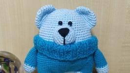 Мишка в голубом свитерке