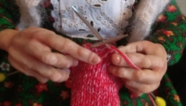 Интерьерная кукла Бабушка со спицами.