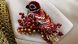 Красивая красная брошка птица